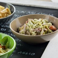 Crema carbonara: Romige pastasaus volgens traditioneel Italiaans recept met kaas en spek.