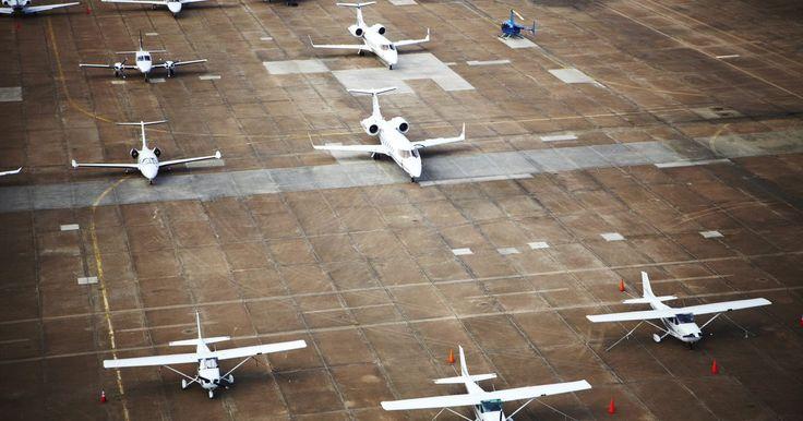 Escuelas de aviación en los Estados Unidos. Para los estudiantes en los Estados Unidos que quieren aprender a volar, hay muchas opciones. Si estás buscando una carrera en la aviación comercial o una licencia de piloto privado, hay varias escuelas de aviación disponibles, que ofrecen una variedad de opciones para el entrenamiento de vuelo. La mayoría ofrecen programas acelerados para los ...