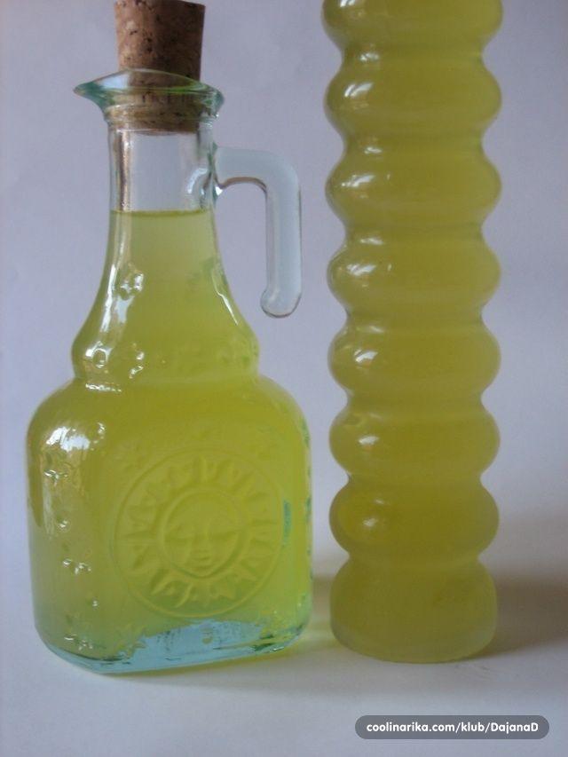 Limoncello je talijanski liker od limuna, i premda se pravi i pije posvuda, smatra se da je podrijetlom iz područja Amalfija, Sorenta i Caprija. Izvrstan za probavu nakon (obilnog) objeda ako ga pijete ledenog. Da, obavezno ga držati u zamrzivaču, i ne brinite neće se zamrznuti koristite li dobar 95% alkohol kao osnovicu.