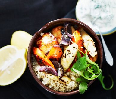 Quinoasallad med rostade rotsaker och halloumi. Quinoa with roasted root vegetables and halloumi cheese.