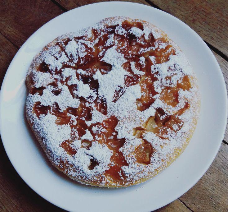 Un gâteau aux pommes à la poêle, pour ceux qui n'ont pas de four et veulent une gourmandise rapide à cuisiner. Simple, sans balance, rapide et bon !