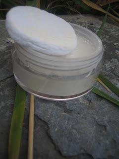 Déodorant en poudre  Les ingrédients : 15g d'Argile blanche 5g de bicarbonate de soude 30 goutte d'HE palmarosa : astringente, ressert les pores, anti-bactérien, anti-fongique. Parfum doux, elle fait aussi du bien à l'esprit.