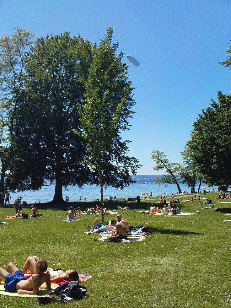 Das Freibad Horn ist eine Institution in Konstanz am Bodensee. Einheimische und Gäste wissen bei schönem Wetter die saftigen Wiesen und das klare Wasser des Bodensees zu schätzen