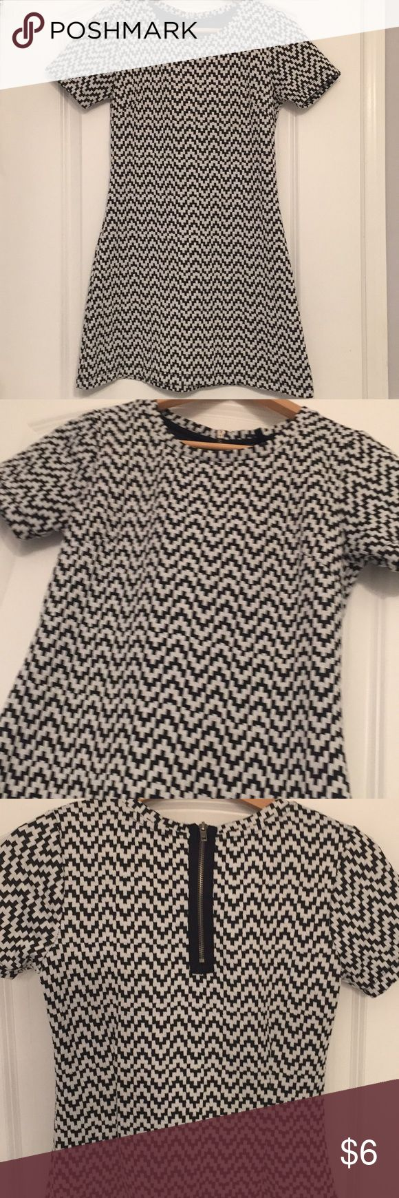 Black and white houndstooth short sleeved dress Size Xsmall  Flirty, feminine and still appropriate I'm a 34b size small and this dress fit just right  Black and white Thicker quality material- lines and no need to worry about slip or anything see thru ❤️ Dresses Mini