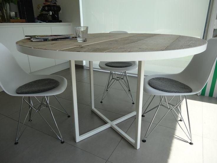 Industriele ronde tafel steigerhout/rond frame van PURE Wood Design op DaWanda.com