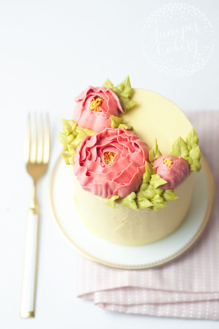 Buttercream flowers are so on-trend right now! Learn how to make frosting flowers in a modern, chic style for cakes, cupcakes and more.
