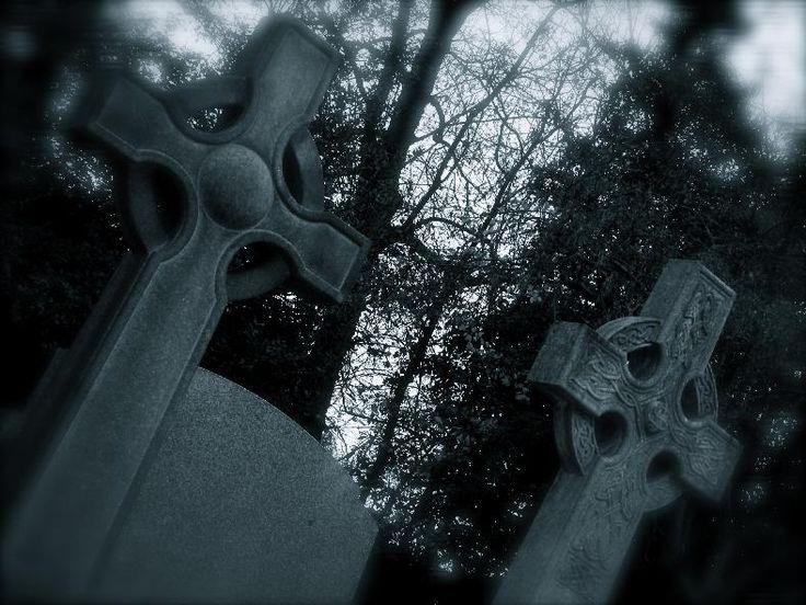 """Grób, do którego zmierzałyśmy oczywiście na samym końcu… Naokoło płoną różnokolorowe znicze, czuć zapach dymu  – prawie jak podczas Święta Zmarłych. Co prawda, dla mnie takie nocne eskapady to nie pierwszyzna i ogólnie mam dość luźny stosunek do śmierci, ale dwie inne poczuły przemożną chęć chwycenia się pod rękę. Niczym falanga krocząca do boju, pomaszerowałyśmy w głąb, uważając, by nie przydepnąć jakiegoś świętej pamięci """"nieboszczka""""."""