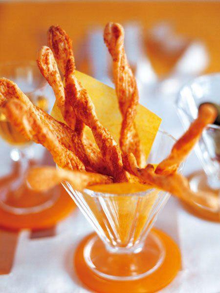 軽い食感とチーズの香りが後をひく、おしゃれな一品。食前の軽いおつまみに。|『ELLE a table』はおしゃれで簡単なレシピが満載!