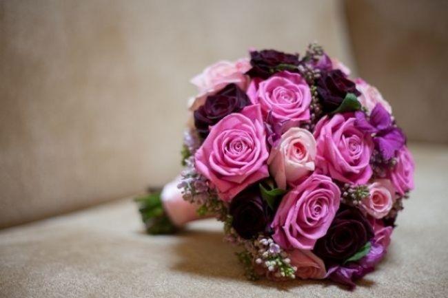 Klassischer Brautschmuck zur Hochzeit-Blumenstrauß in lila mit Rosen