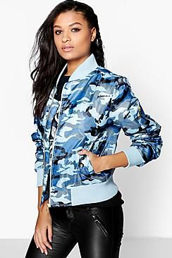 Chaqueta bomber  de mujer color azul claro de Boohoo Wrap up in the latest coats and jackets and get out-there with your outerwearBreathe life into your new season layering with the latest coats and jackets from boohoo. Supersize your silhouette in a puffa jacket, stick to sporty styling with a bomber, or protect yourself from the elements in a plastic raincoat. For a more luxe layering piece, faux fur coats come in fondant shades and longline duster coats give your look an androgynous edge…