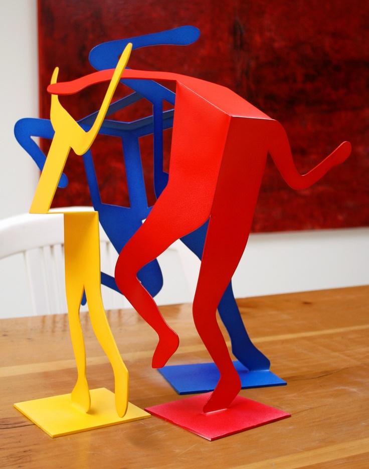 Arquitectura azul escultura roja y pintura amarilla for Casa minimalista roja