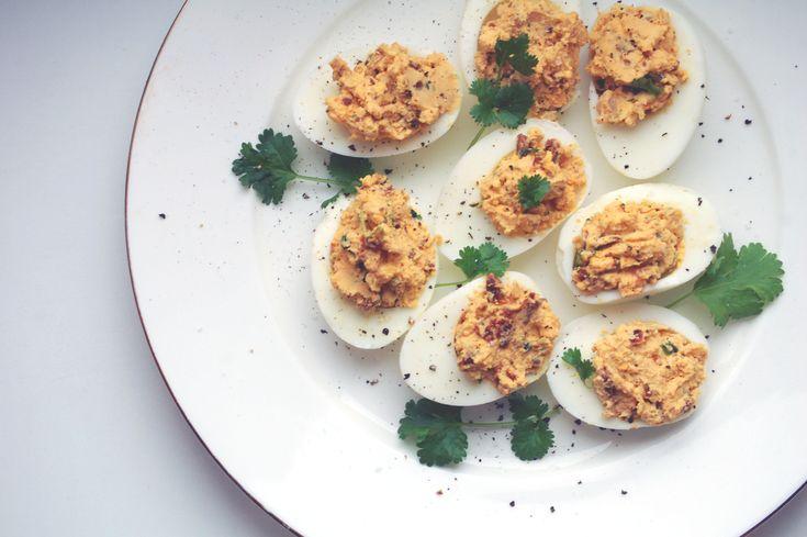 Jajka nadziewane suszonymi pomidorami, kolendrą i szalotką - kuchniabazylii.pl
