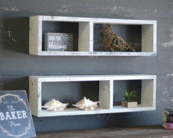 Artículos similares a Estante con compartimento oculto, decoración de casa rústica, rústicos estantes, estante de madera, flotante de madera rústica recuperada estante flotante de madera en Etsy