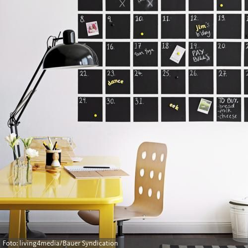 Organisation mal anders: Statt dem herkömmlichen Wandkalender zum Umklappen wurde hier mit Tafelfarbe ein Kalender an die Wand gemalt, der die terminliche Organisation…