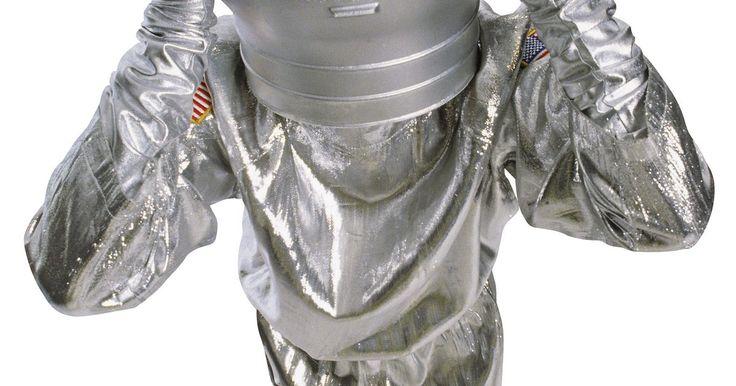 Cómo hacer una réplica del casco de un astronauta. Cuando quieras juntar un disfraz de astronauta para Halloween o para una obra en clase tal vez te sea difícil encontrar accesorios para el disfraz que necesitas en un tienda de disfraces. Una alternativa es hacer tus propios accesorios del disfraz de astronauta usando unos materiales básicos que puedes encontrar alrededor de tu casa o comprar de ...
