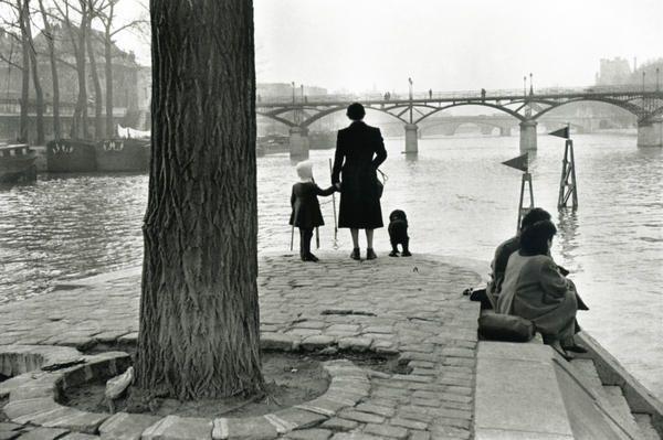 Pont des Arts, 1953 \\ Henri Cartier-Bresson (1908  - 2004 ) est un photographe français.