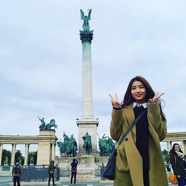 #여자친구 #GFRIEND #소원 #여자친구가사랑한유럽 #skyTravel #헝가리 #hungary #부다페스트 #budapest #영웅광장 #hősöktere #heroessquare 헝가리 건국 1000년을 기념하여 1896년에 지어진 광장이라고 해요! 대천사 가브리엘 동상과 함께 헝가리 역사상 위대한 14인의 근대지도자들의 상도 있다고 합니다