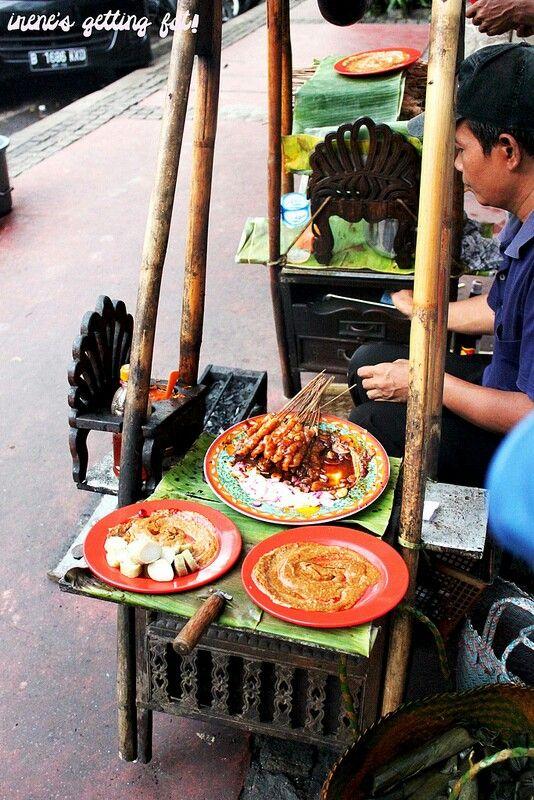 Tukang sate ( street vendor )