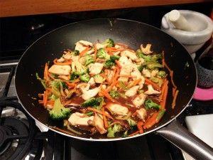 Frango com legumes pode parecer meio sem graça, mas essa receita da Carla Pernambuco consegue surpreender. Utilizando uma panela wok, aquela frigideira arredondada, e temperos orientais como o molho de soja, gengibre e gergelim, seu frango com leg