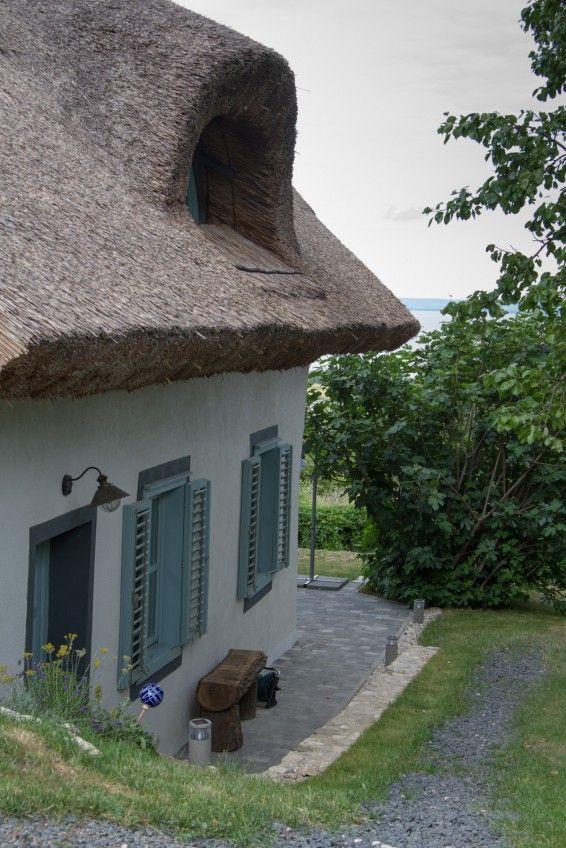 A páratlan panorámás, elragadó nyaraló egy nyugodt, de mégis mozgalmas tóparti faluban, Balatongyörökön található. Az 1808-ban épített ...