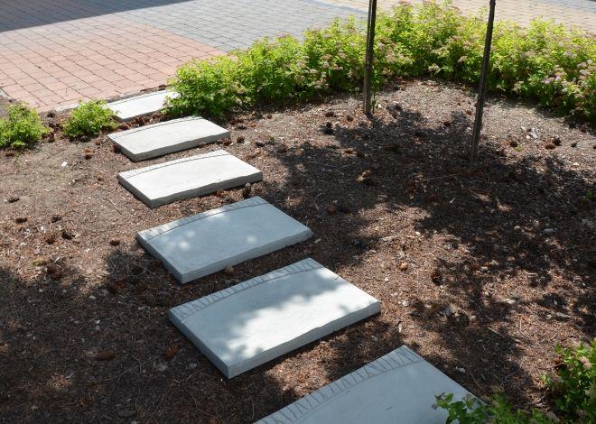 Oproti tradičním šlapákům mají dlažebné desky LANE pravidený tvar se specifickým reliéfem na povrchu.