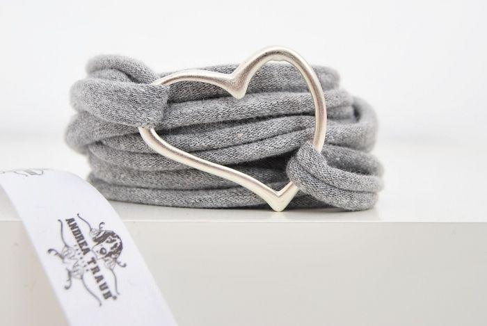 Sehr schönes gewickeltes Stoffarmband in grau mit  versilbertem Herz aus Metall (Herz hat ca. 3,5cm im Durchmesser).    Das Armband ist ein Endlosband