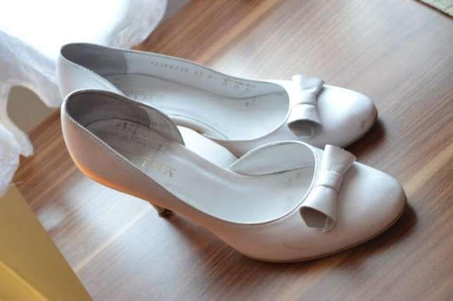 80 zł: Witam  Sprzedam skórzane, eleganckie, białe buty ślubne firmy Ryłko. Buty mają obcas 8,5 cm. Zapasowe fleczki w komplecie. Zachęcam do zakupu.