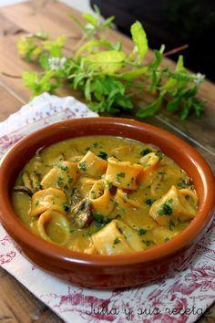 CALAMARES EN SALSA DE MOSTAZA / 1 kg de calamares ya limpios y en rodajas      -    2 tomates maduros      -   1/2 cebolla pequeña      -   2 dientes de ajo      -   1 hoja de laurel      -   1 vasito de vino blanco      -   el zumo de 1/2 limón      -   1 cucharada sopera de mostaza      -   1 yema de huevo      -   aceite de oliva virgen      -   sal y pimienta al gusto      -   perejil picado      -   harina para enharinar los calamares