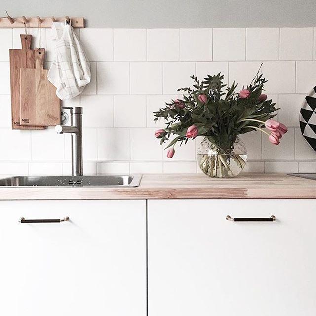Tack @moeofsweden för jättefin bild på våra Bruno Skin läderhandtag i choklad/polerad mässing #stilbeslag #interiordesign #scandinaviandesign #kök #läder