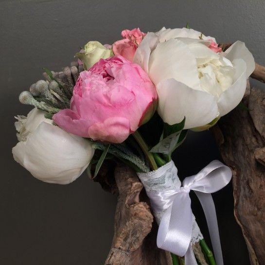 Νυφικό μπουκέτο (Ανθοδέσμη) γάμου από λευκές παιώνιες, ροζ παιώνιες, λευκά τριαντάφυλλα, ροζ μίνι τριαντάφυλλα και silver brunia.  Το δέσιμο είναι από δαντέλα και λευκή σατέν κορδέλα.  Η πρόταση είναι ενδεικτική του NEDAshop.gr και μπορεί να τροποποιηθεί όπως εσείς θέλετε.  http://nedashop.gr/gamos/nifikh-anthodesmh/nyfiko-mpoyketo-gamoy-leykes-roz-peonies-silver-brunia