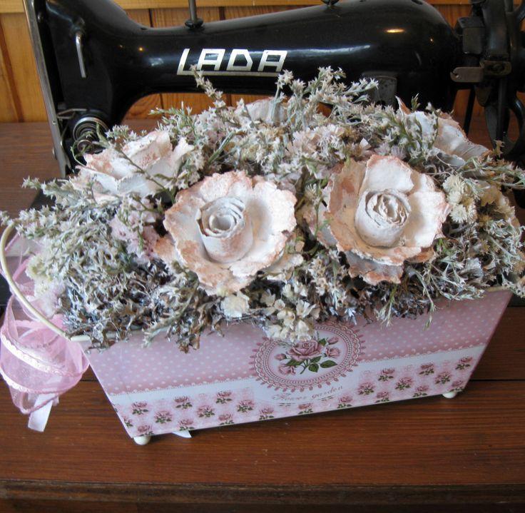 V růžové Plechový truhlík s oušky, sušina, laděno do růžové a bílé barvy, šířka dekorace 29 cm.