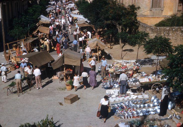 Λαϊκή αγορά του 1950 στην οδό Ξενοκράτους & Αριστοδήμου στο Κολωνάκι. Γίνεται εκεί από το 1939.
