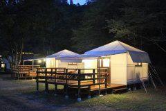 熊本県山鹿市にある癒しの森ゆかむは九州で唯一グランピングが楽しめる施設 冷蔵庫やエアコン食器寝具アメニティまで充実していてホテル並みの快適さでグランピングを楽しめます 気候がいい季節にはテラスにあるハンモックに揺られながら山鹿の美味しい空気を感じるのもおすすめです tags[熊本県]