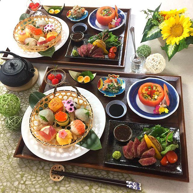 . お久しぶりの手毬寿司とステーキ . . 午前は2名さま、午後は4名さまだったので テーブルお着替えして雰囲気チェンジ。 . . ✻8種の手毬寿司 ✻赤身肉のステーキ ✻トマトのお皿で夏野菜のゼリー寄せ ✻ほうれん草の白和え ✻うずらのとろとろ煮卵 ✻フルーツ . . 午後の生徒さんはあの有名な ABCの先生方うーわぁおワァオ . 初めましての緊張にさらに緊張だったけど やっぱり今日もステキな方達で 朝から賑やかで楽しい1日でした . . . #手毬寿司 #手まり寿司 #ステーキ #和食 #おうちごはん #花のある幸せごはん #クッキングラム #デリスタグラマー #おうちカフェ #料理 #手料理 #料理教室 #北九州料理教室 #テーブルコーディネート #delicious #instafood #yummy #kitakyushu #fukuoka #cookingram #cooking #foodphoto #foodpic #eat #wp_delicious_jp #delimia #ouchigohan ...
