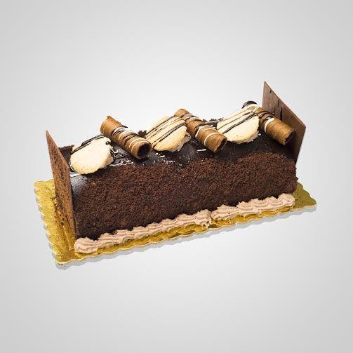 Παγωτό με παντεσπάνι σοκολάτα, παρφέ παγωτό σοκολάτας υγείας, καραμελωμένα αμύγδαλα και choco chips υγείας. Επικάλυψη γκανάζ υγείας και σαντιγύ με φλωρεντίνες, μαρεγκάκια και πουράκια σοκολάτας