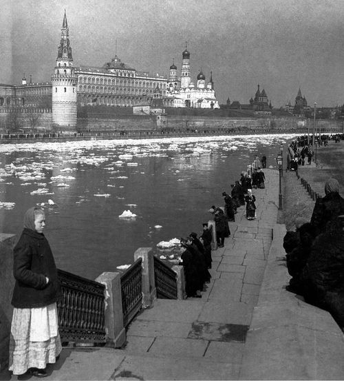 On the River: Moscow, 1920s (via English Russia)