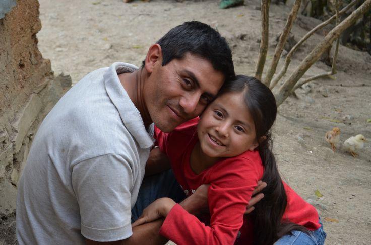 Alvaro uit Guatemala componeerde een liedje voor zijn gehandicapte dochter Naydelin (11) om haar te vertellen dat ze minstens zo belangrijk en waardevol is als kinderen zonder een handicap.