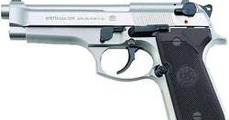 Cómo limpiar una pistola Beretta 92FS. El mantenimiento adecuado de tu arma asegurará su correcto funcionamiento y una larga vida útil. La limpieza reducirá la probabilidad de atascos y problemas con la alimentación de las municiones; una cámara mantenida de manera adecuada proporcionará la alimentación y almacenamiento de municiones confiables. Beretta recomienda limpiar el arma ...