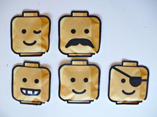 De traktaties. Legohoofden op elkaar genaaid met daarin een zakje koekjes.   naar dit idee:  http://creativepreschoolresources.com/2012/04/04/lego-birthday-ideas/  van  http://zomaareendagje.blogspot.nl/2012/09/vijf.html    zomaareendagje.blogspot.nl