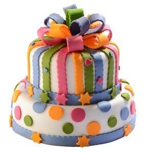 Dětský dort č. 16 Dvoupatrový dětský dort, o rozměrech 24 cm a 18 cm, obalený fondánem a dozdobený fondánovou mašlí, fondánovými barevnými proužky a puntíky.