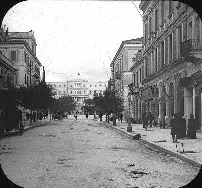 Οδός Ερμού 1885. Στο βάθος τα Ανάκτορα (σημερινή Βουλή)