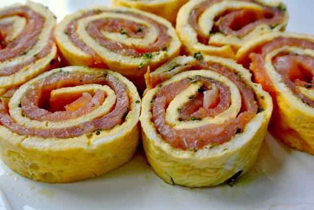 OMELETROLLETJES MET ZALM EN PESTO. Een heerlijk voorgerecht of een lekker hapje bij de borrel. Je kunt het goed van tevoren maken. De rol in de koelkast leggen en voor het serveren in plakjes snijden. Zeker niet lastig om te maken, een omelet bakken dat is het meest lastige wat je moet doen. Dus dat kan jij ook.