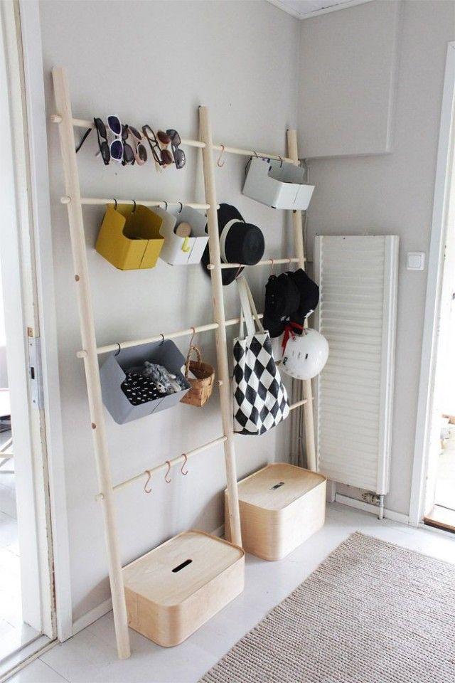 entrée rangement échelle : des échelles en bois avec des bac à rangement pour pendre lunettes, sacs, foulards et chapeaux