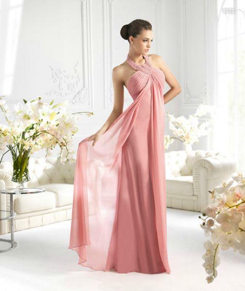 Vestido largo en rosa con detalles de flores en el cuello para damas de boda