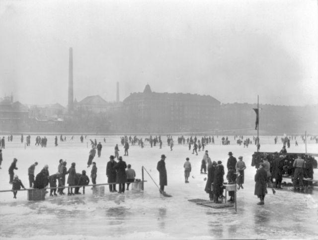 Bruslaři v Praze na Vltavě roku 1933