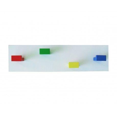 Perchero infantil con cuatro colgadores de madera lacados cada uno en un color. Lo encontrarás en www.lafabricadeladecoracion.com