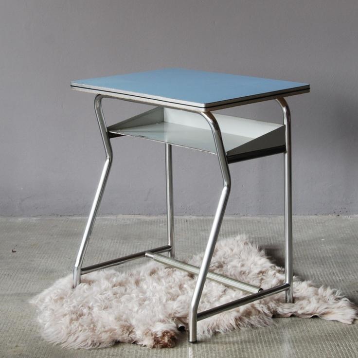 il banco da scuola elementare anni 60 in formica celeste, a chi ha vissuto la scuola anni 80 sono arrivati già consumati, ma rimangono un must del design italiano