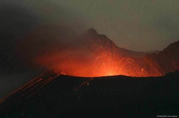 今日は鹿児島雨です 桜島の火口から聴こえてくるいつもとは少し違う音 火口内でストロンボリ式噴火を起こしている事で 凄まじい音がしている様です。 写真でご覧いただくと火口を飛び出してくる溶岩も確認できます。 #桜島 #火山