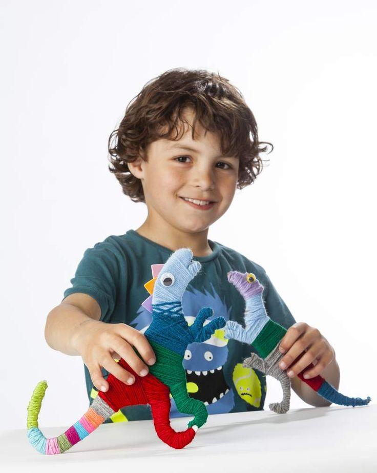 Maak met garens de stoerste dino's, samen met de kids! Lees hier hoe je de dino's en nog andere projecten met garens maakt: https://www.hobbyou.nl/winkel/kids/bolletjes_garen/