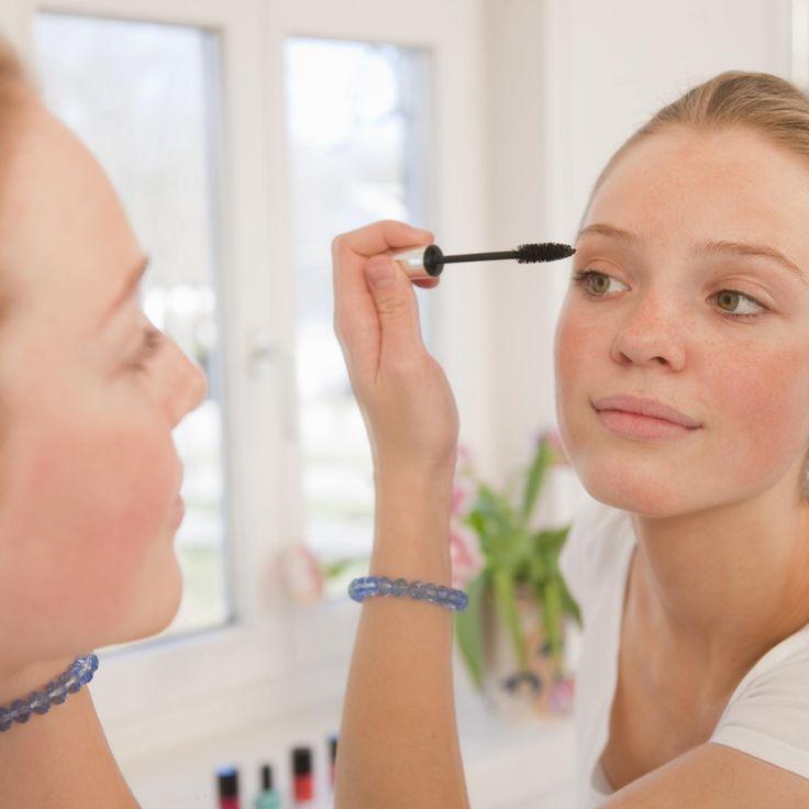 Kleine meisjes worden groot. Is jouw dochter plots gefascineerd door make-up? Plundert ze jouw toilettas? Om ruzie in de badkamer te vermijden, bestaan er gelukkig aangepaste producten voor jonge tienerhuidjes. Beauty-expert Palmira geeft enkele tips in 'De Eerste Show'.